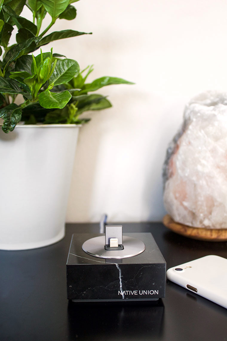Modern minimalist gift ideas for Mothers Day. Gift guide Copy Cat Chic holistic favorites for the Moms in your life! | Marble iPhone dock from Amara