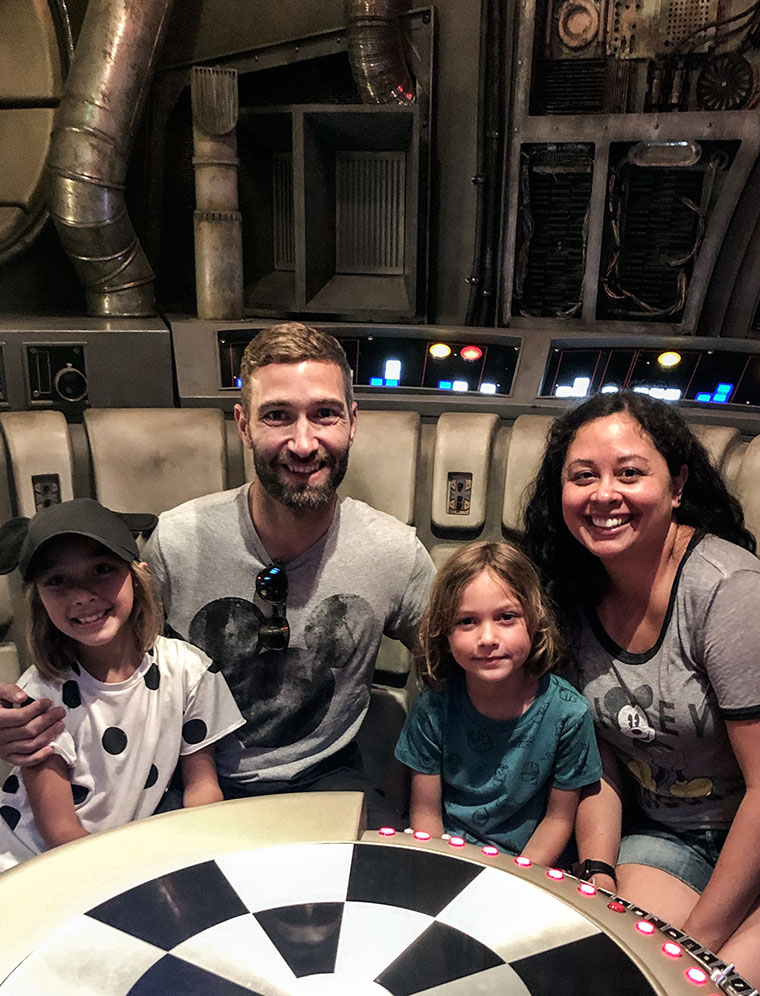 How to do Disneyland, Galaxy's Edge and Disney's California Adventure Park in one day with a 1 day park hopper ticket and Disney MaxPass | Best tips and itinerary to do all the best rides at Disneyland in Anaheim, California | Modern and minimalist packing list by copycatchic and travel plans with Disney