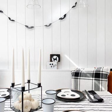 A simple and easy Halloween table setting for you last minute Halloween decorators. Modern, simple and clean Halloween aesthetic | Decorate for Halloween on a budget | copycatchic luxe living for less, budget home decor and design, look for less, trends and room designs